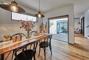 ダイニング、中庭、リビングを、キッチンから見回せる設計