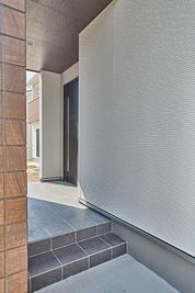 外側から玄関が見えない設計