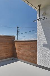 外壁が高いバルコニー