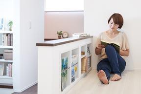 廊下の壁を活用した本棚